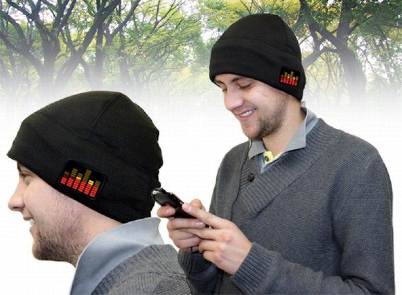 Šviečianti ir grojanti kepurė.