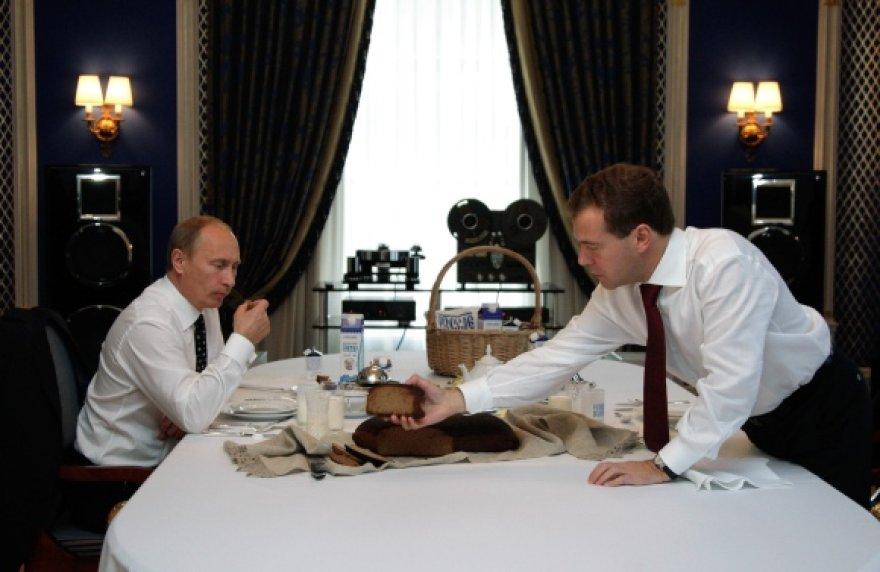 D.Medvedevas ir V.Putinas ragavo lietuvišką duoną.