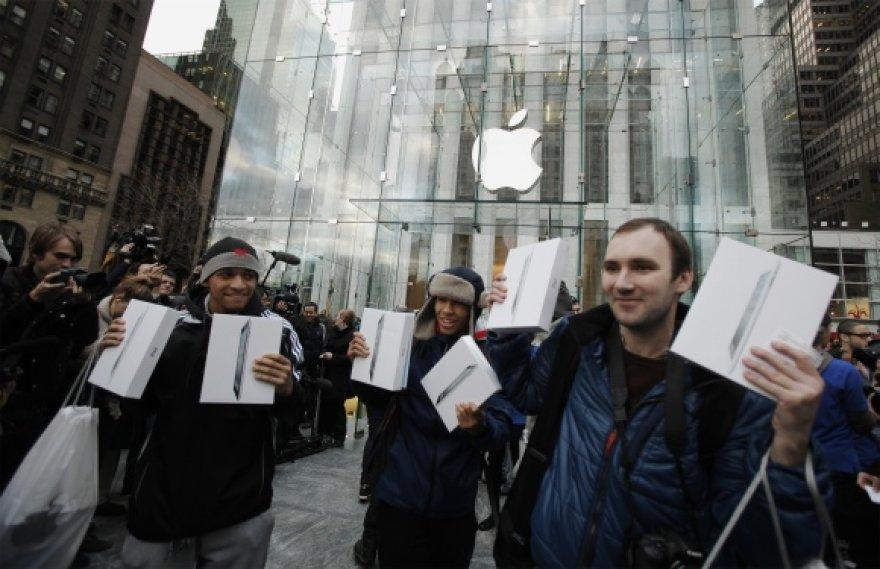 """Vieni pirmųjų """"iPad 2"""" pirkėjų."""