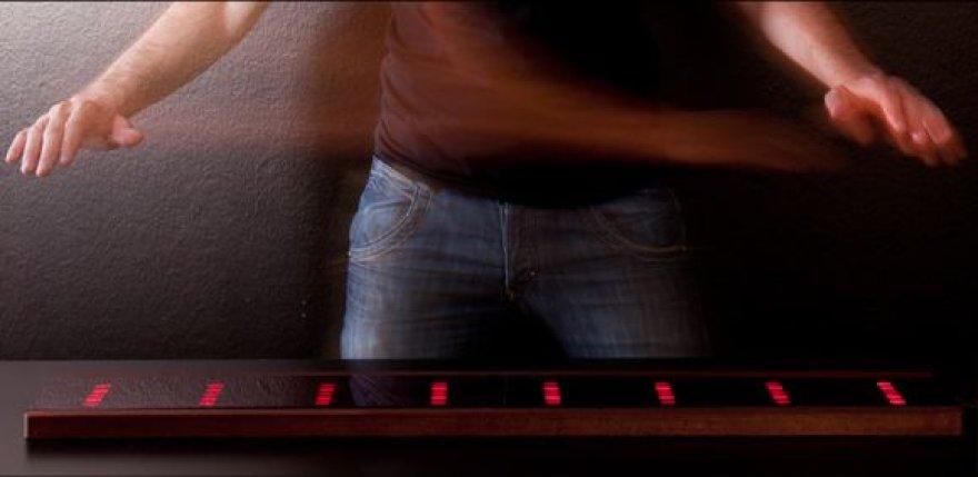 """Kitaip nei įprastu pianinu, """"Airpiano"""" grojama neliečiant paties įrenginio."""