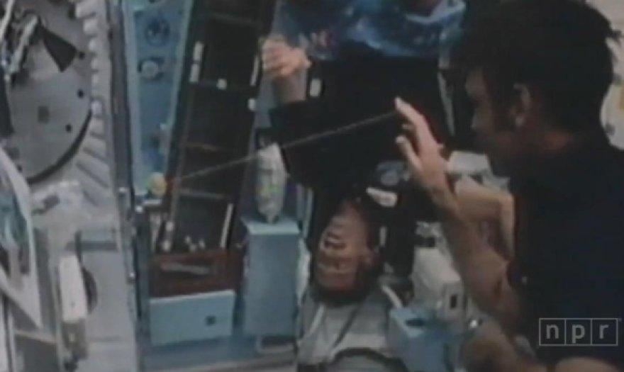 """Astronautai kosmose išbandė """"jo-jo""""."""