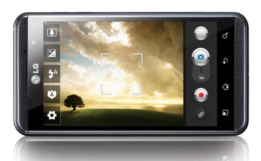 """Išmaniuoju telefonu """"LG Optimus 3D"""" galima fotografuoti ir filmuoti trimačius vaizdus."""