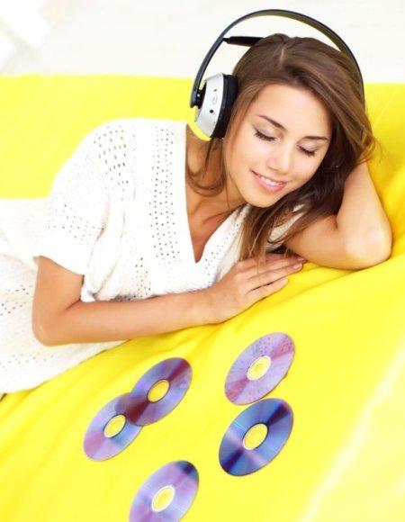"""Muzikos parduotuvėje """"iTunes"""" įsigytas dainas galima įsirašyti į kompaktinius diskus ir juos dovanoti arba parduoti."""