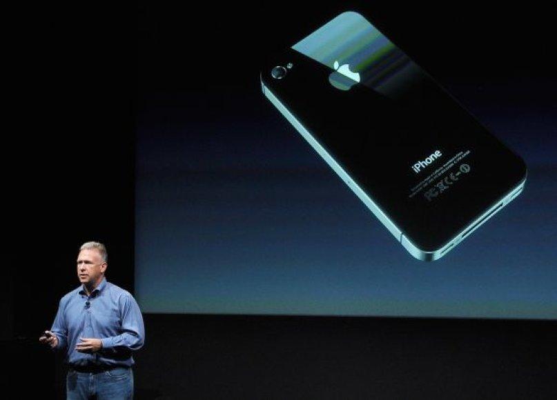 """Apple"" viceprezidentas rinkodarai Philas Schilleris pristato ""iPhone 4S""."