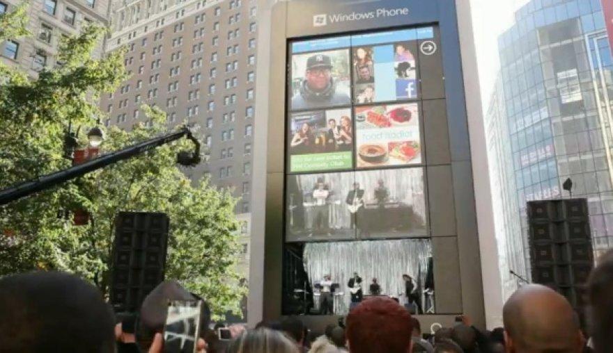 """Niujorko centre išdygo milžiniškas """"Windows Phone 7"""" telefonas"""
