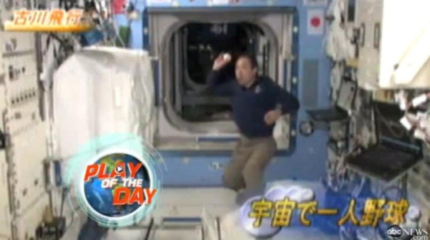 Astronautas Satoshis Furukawa nesvarumo būsenoje vienas žaidė beisbolą.