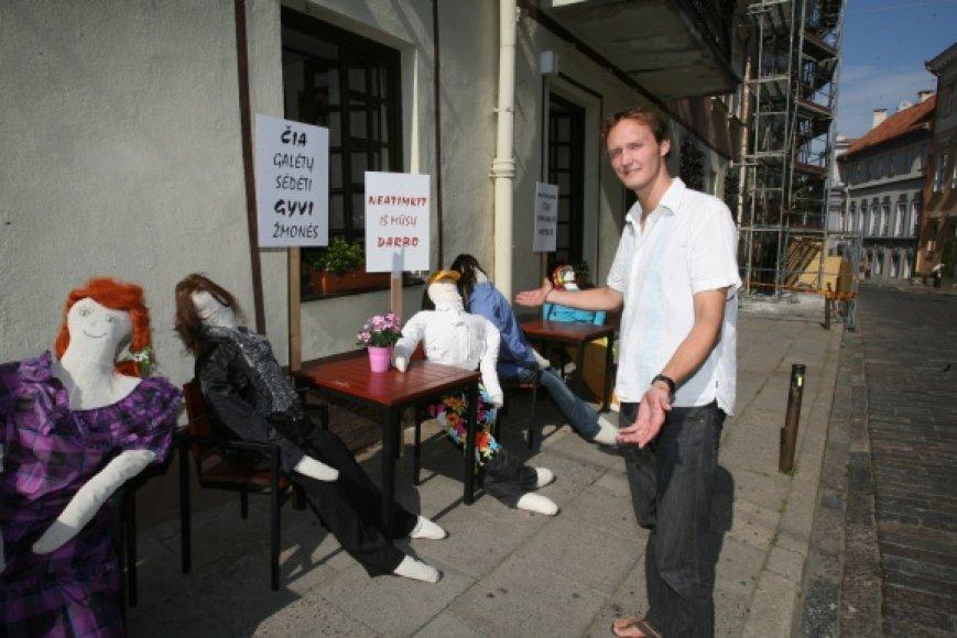 """Leidimo įsirengti lauko terasą negavęs B. ter Braakas prie kavinės-klubo """"Cozy"""" šią savaitę pradėjo teatralizuotą protesto akciją."""