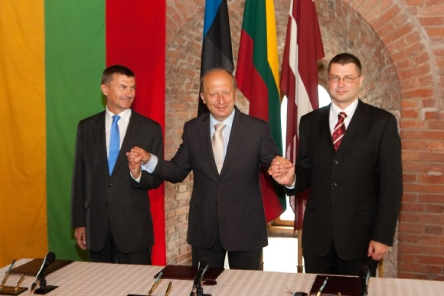 Per Baltijos kelio 20-mečio minėjimą Vilniuje ir A.Kubilius (c.), ir A.Ansipas (k.), ir V.Dombrovskis (d.) kalbėjo lietuviškai. Pastarajam skaitant sveikinimo kalbą, pravertė sukirčiuoti skiemenys.