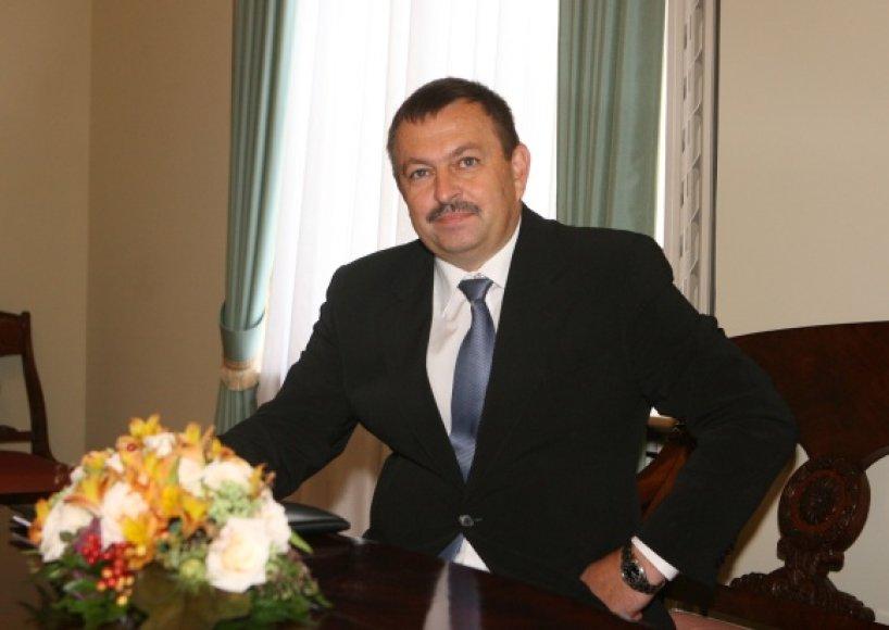 V.Navickas sakė nepastebėjęs, jog kolegos į jo šventę būtų atvykę tarnybiniu transportu.