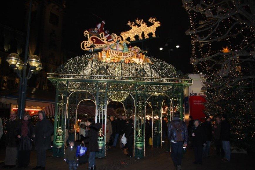 Kalėdinė mugė Hamburgo Rotušės aikštėje šurmuliuoja nuo ryto iki vėlyvo vakaro.