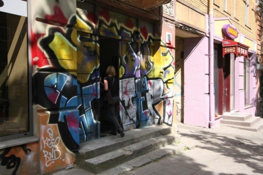 Anot Vilniaus savivaldybės specialistų, vien griežtos tvarkos grafitų piešėjams sutramdyti nepakaks – reikia tarnybos, kuri nedelsiant šalintų piešinius.