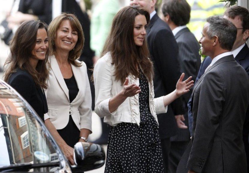 Kate Middleton, jos motina Carole ir sesuo Pippa (nuotr. kairėje) tapo gardžiu kąsniu paparacams.