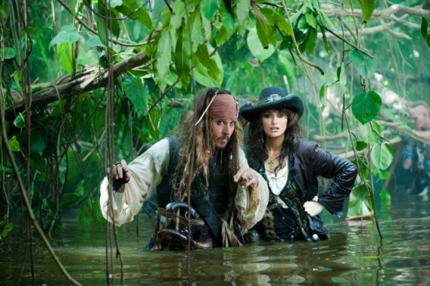 """""""Karibų jūros piratai: ant keistų bangų"""" žvaigždės – Johnny Deppas ir Penelope Cruz."""