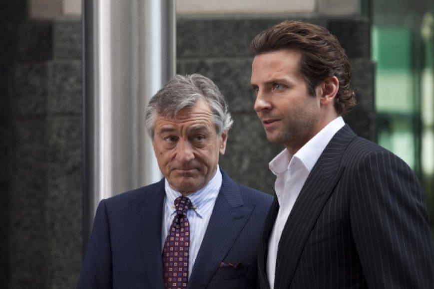"""Trileryje """"Šalutinis efektas"""" žiūrovai išvys Bradley Cooperį ir Robertą De Niro."""