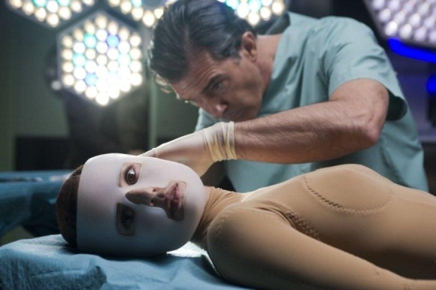 """Dramoje """"Oda, kurioje gyvenu"""" pagrindinį vaidmenį sukūrė Antonio Banderasas (nuotr. – antrame plane)."""