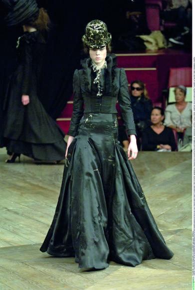 """Vida Press nuotr./""""Alexander McQueen"""" 2007 m. pavasario-vasaros kolekcijos modelis"""