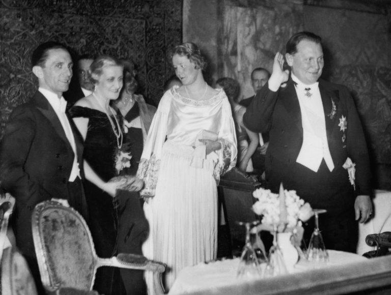 Vida Press nuotr./Goebbelsų pora ir Emmy bei Hermannas Goeringai iškilmingame renginyje, 1939 m.