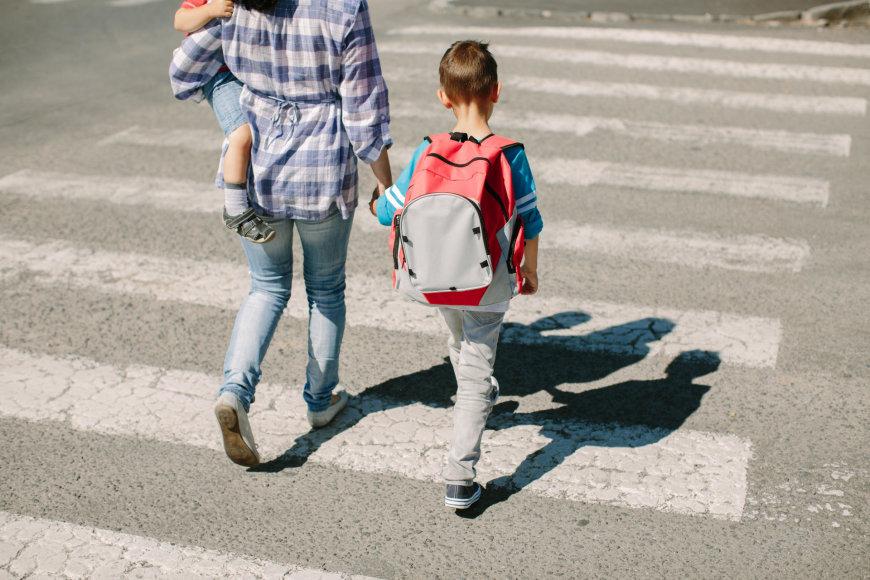 Vida Press nuotr./Mama lydi vaikus į mokyklą
