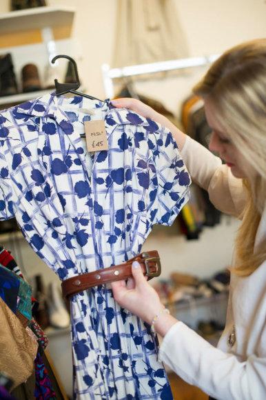 Vida Press nuotr./Moteris apžiūrinėja suknelę