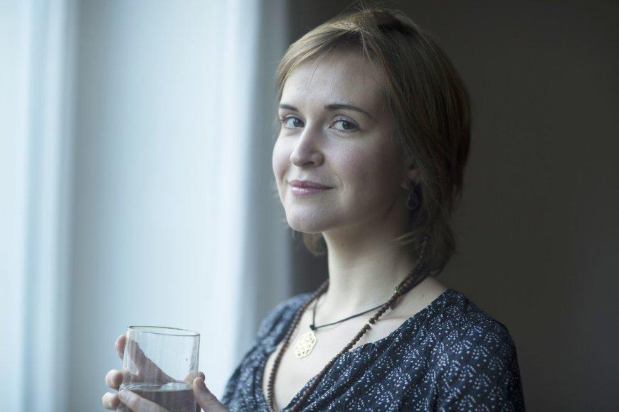 Vida Press nuotr./Moteris geria vandenį