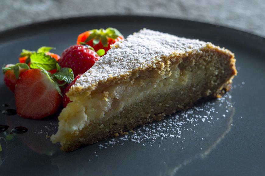Trapios tešlos pyragas  su marcipano ir obuolių įdaru