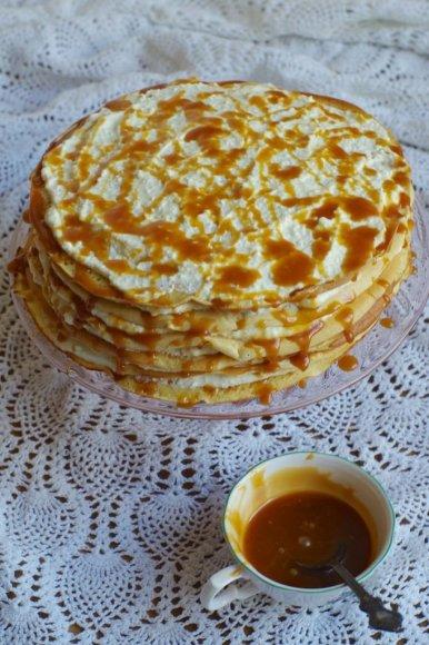 Blynų tortas su varškės kremu ir sūria karamele