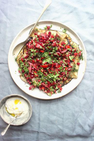 Kepti baklažanai su granatais ir pomidorais