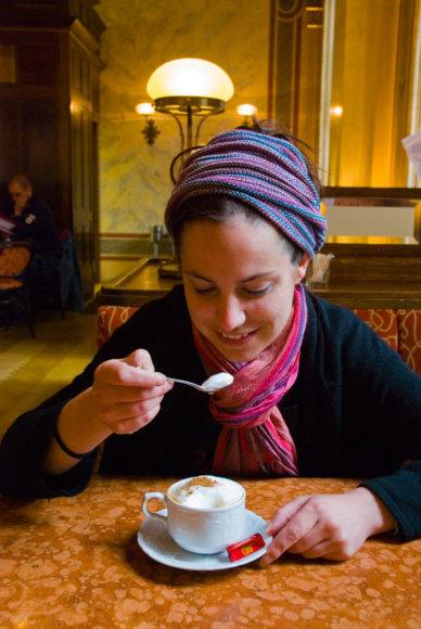 Vida Press nuotr./Mergina geria kavą Vienoje