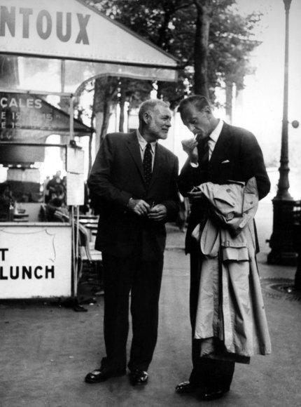 Vida Press nuotr./Ernestas Hemingway'us ir Garry Cooperis Paryžiuje