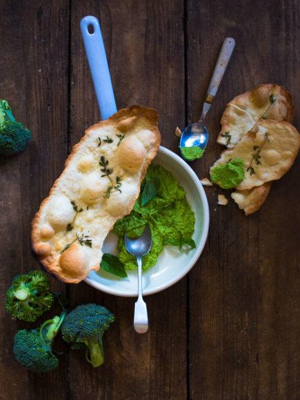 Nidos Degutienės nuotr. /Brokolių mirkalas su čiobrelių lavašais