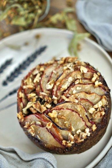 Karamelinis obuolių pyragas su graikiniais riešutais