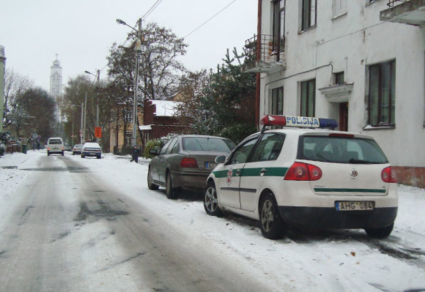 Pirmas sniegas Kaune pridarė rūpesčių BMW visureigio vairuotojui. Automobilis P.Višinskio gatvėje rėžėsi į namo sieną