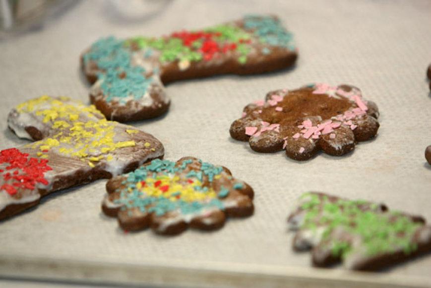 Darželinukai kepa imbierinius sausainius