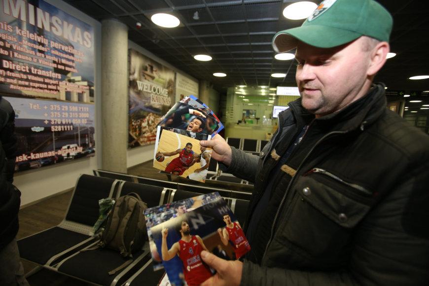 Eriko Ovčarenko/15min.lt nuotr./Kauno oro uoste krepšininkus pasitiko parašų rinkėjai
