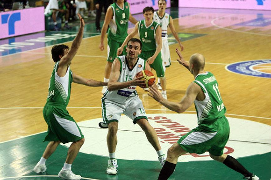 Mirza Begičius (su kamuoliu) į svečių krepšį įmetė 10 taškų ir atkovojo 7 kamuolius.