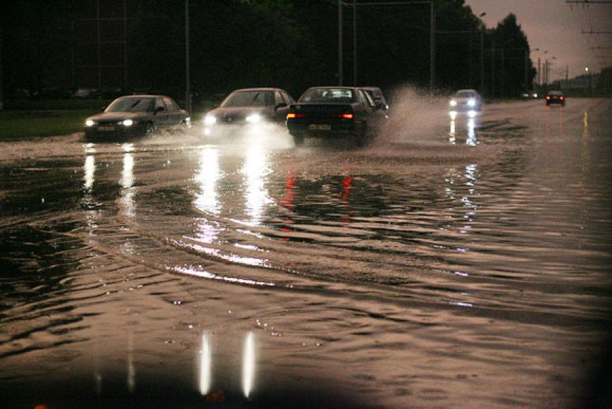Lietus pro automobilio langą
