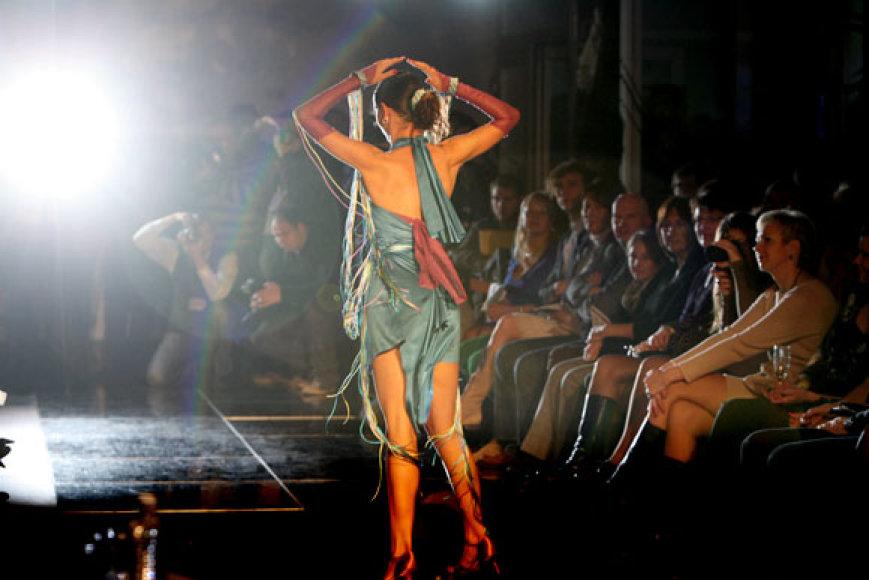 """Žiūrovai savo simpatijas skyrė Giedrės Kaminskaitės kolekcijai """"im/eXpresija"""", kurią pati autorė pristatė kartu su pramoginių šokių šokėjomis."""