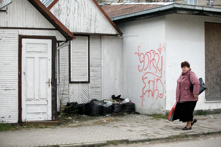 Eriko Ovčarenko / 15min nuotr./Apleistas pastatas ir šiukšlės šalia jo