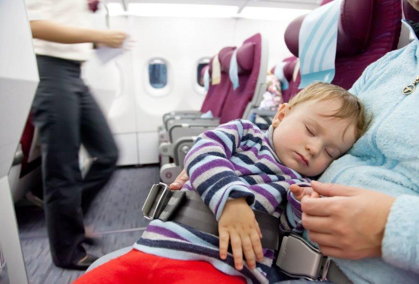 123rf.com /Lėktuve miegantis kūdikis