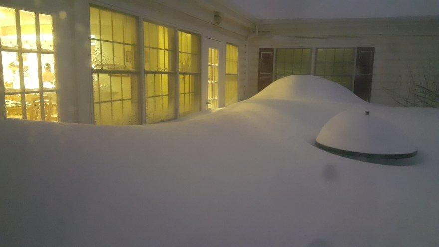 Gintarės Tamulytės nuotr./Sniego pusnys pasiekė keliaaukščių namų langus