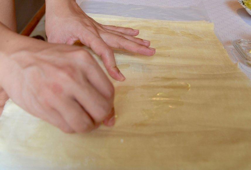 Virginijos Pupeikytės-Dzhumerovos nuotr./Plonyčiai tešlos lakšteliai patepami sviestu