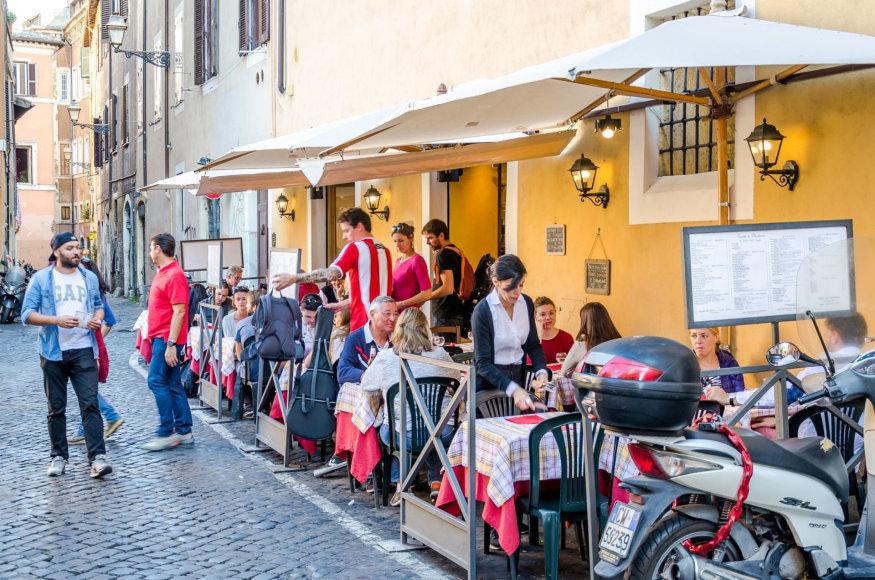 123rf.com/Lauko kavinėse Romoje spalį sėdėti ypač malonu