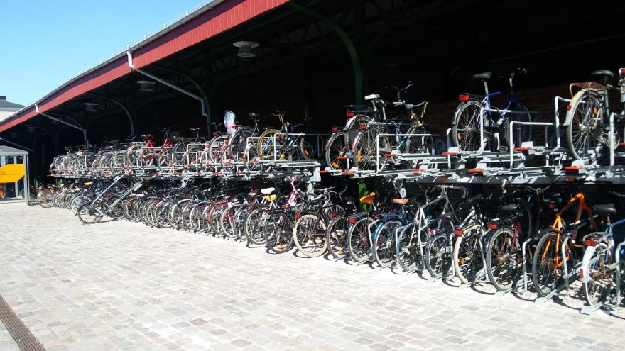 Vaido Mikaičio nuotr./Daugybė dviračių prie Malmės traukinių stoties