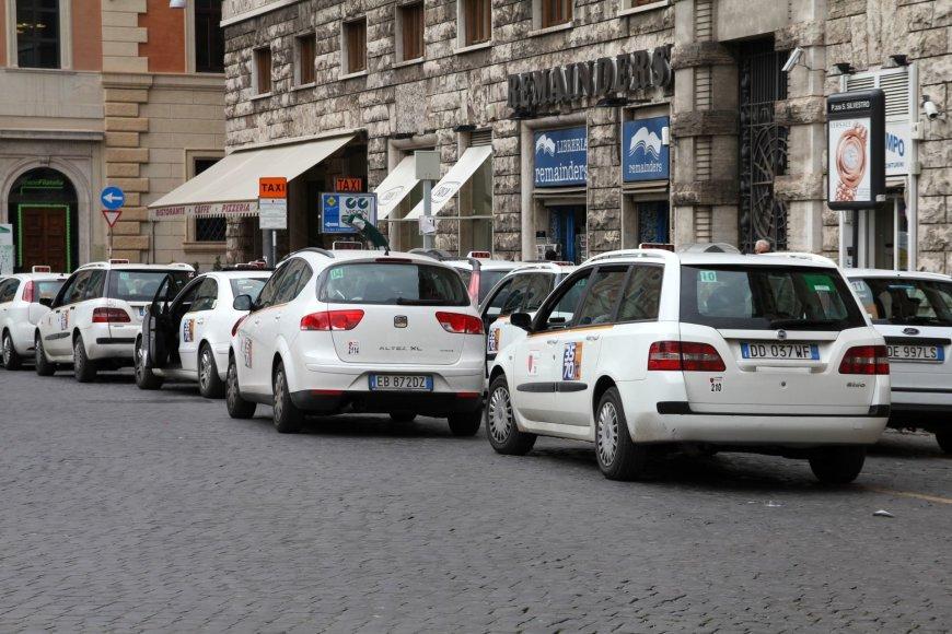 123rf.com nuotr./Taksi automobiliai Romoje balti
