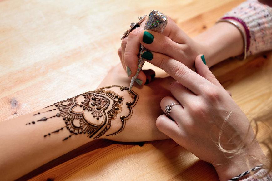 Shutterstock nuotr./Laikina chna tatuiruotė – neįprastas suvenyras iš Maroko