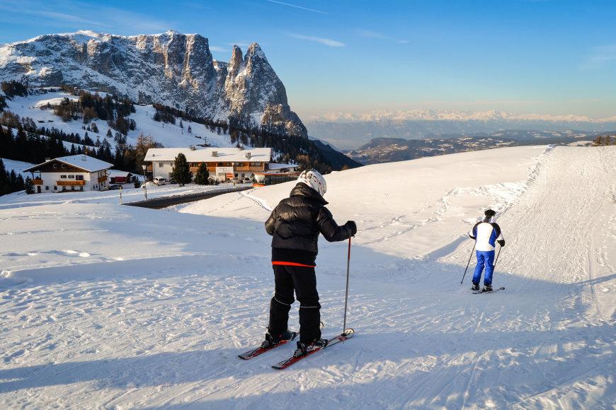 Bigstock.com nuotr./Tėvas ir sūnus slidinėja