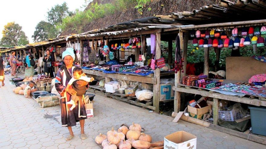 Shutterstock.com/Šiaurės Tailando turguje prekystaliai pilni natūralių priemonių veido ir kūno priežiūrai