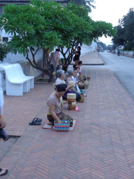 Gabijos Lebednykaitės nuotr./Luang Prabange žmonės aukoja budistų vienuoliams