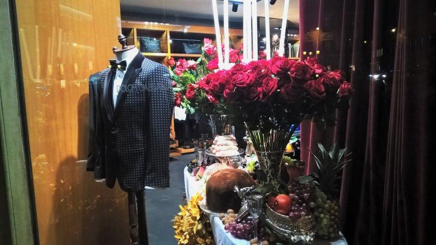 """Jurgos Jurkevičienės nuotr./""""Dolce Gabbana"""" šventinė vitrina Romoje įrodo, kaip arti mada ir maistas."""