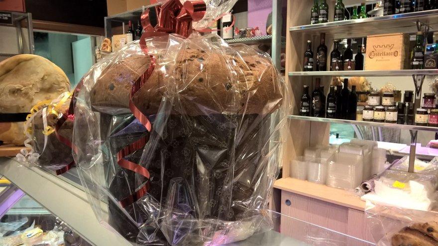 """Jurgos Jurkevičienės nuotr./""""Castellacci"""" butikas iškepė didžiulį  5 kg svorio šventinį pyragą – """"Panettone"""""""